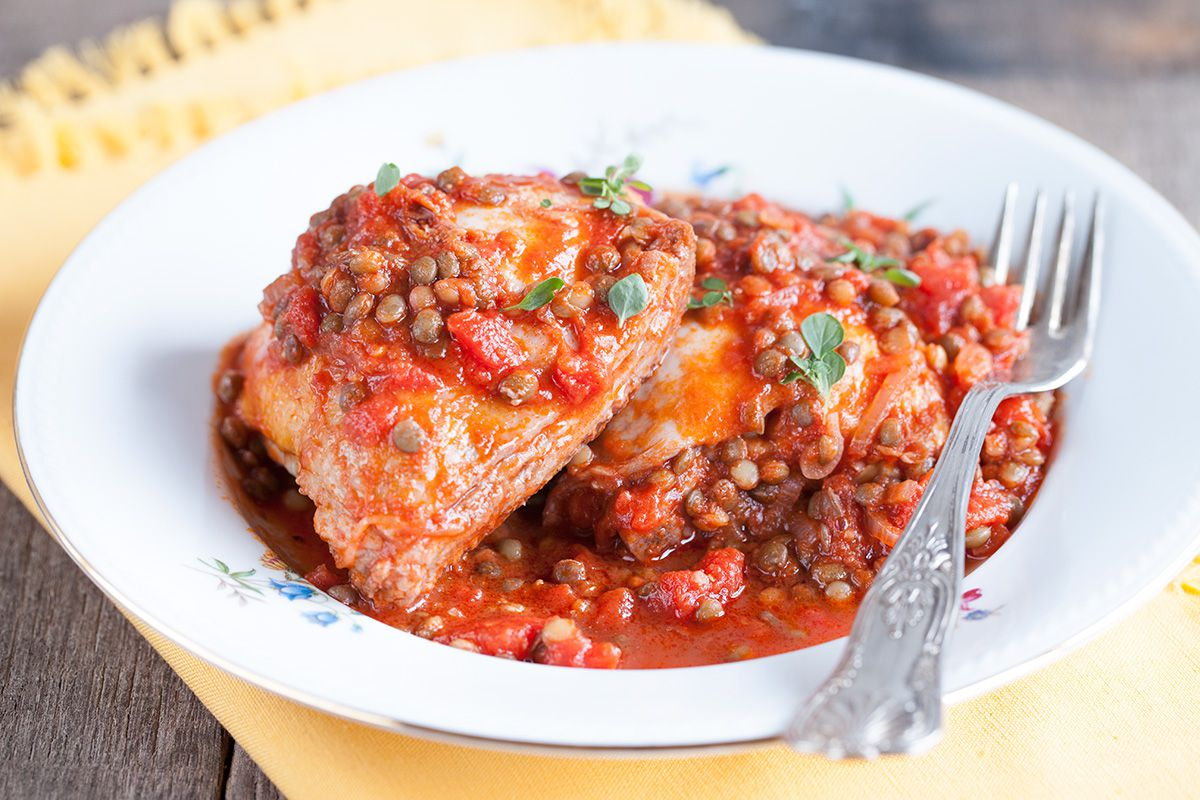 Rustic chicken cutlets with lentils and tomatoes