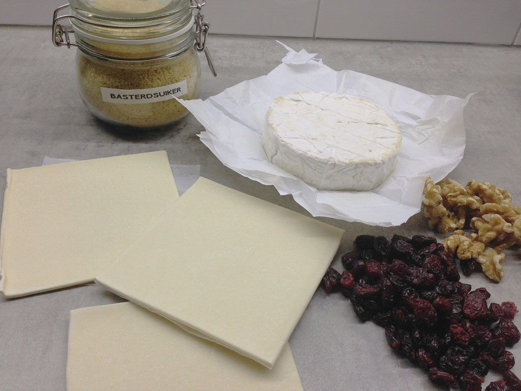 Baked camembert in pastry ingredients