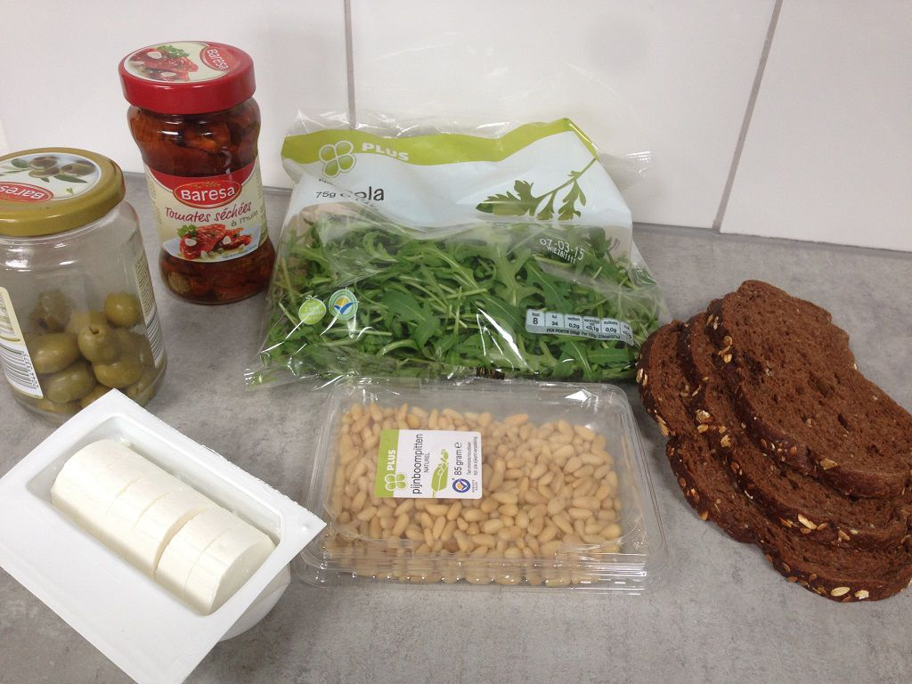 Goat cheese and sun-dried tomatoes sandwich ingredients