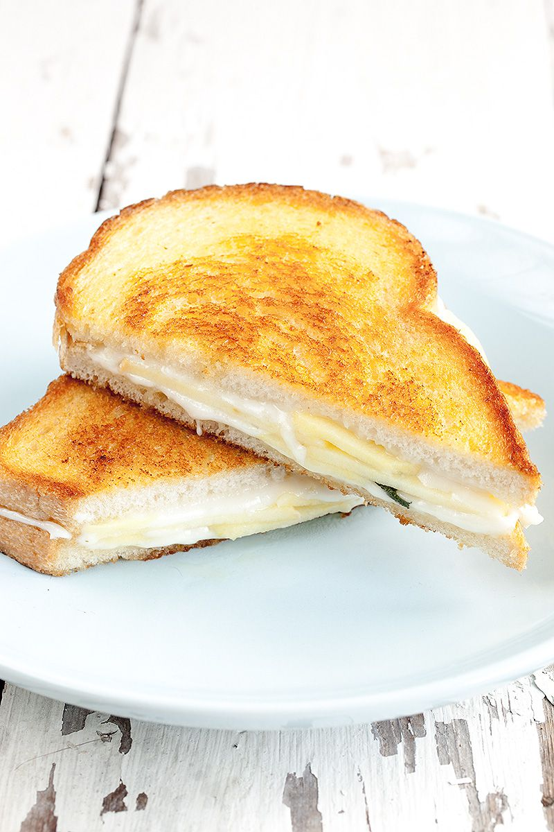 Goat's cheese with apple and sage toastie