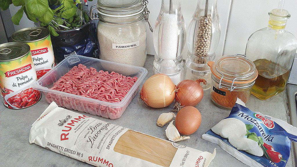 Spaghetti with mozzarella-stuffed meatballs ingredients