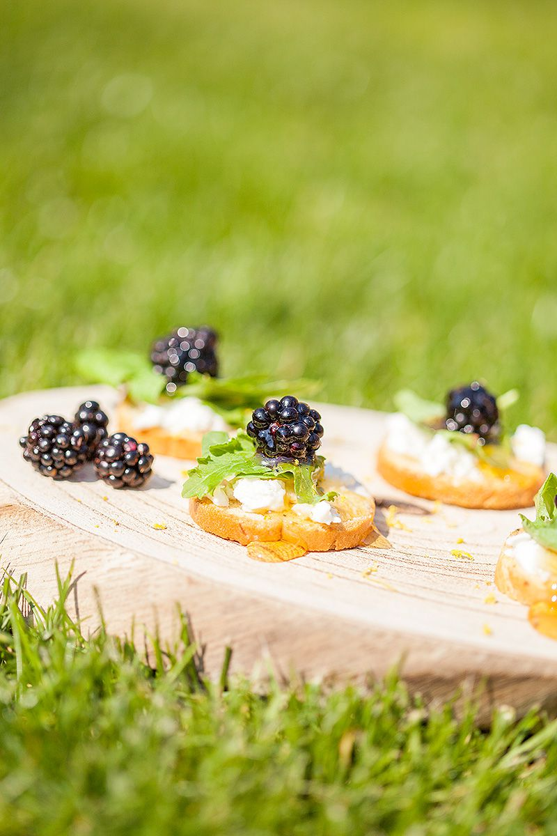 Wild blackberry crostini with goat cheese 2 - Wild blackberry crostini with goat cheese