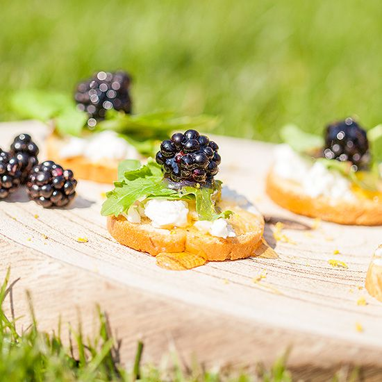 Wild blackberry crostini with goat cheese square - Wild blackberry crostini with goat cheese