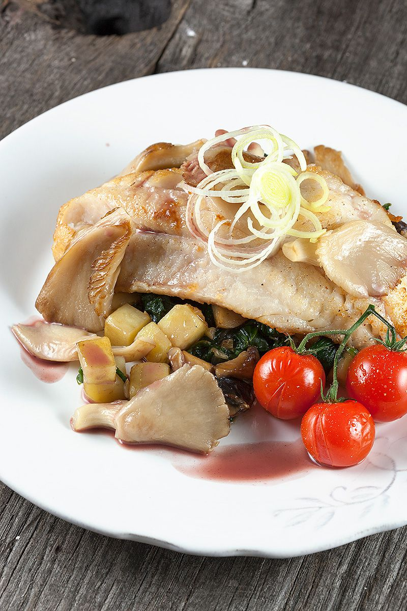 Red perch with spinach and mushrooms