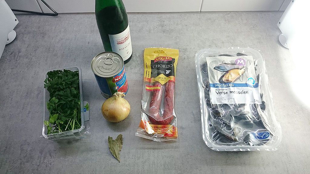 Spanish mussels in chorizo and wine sauce ingredients