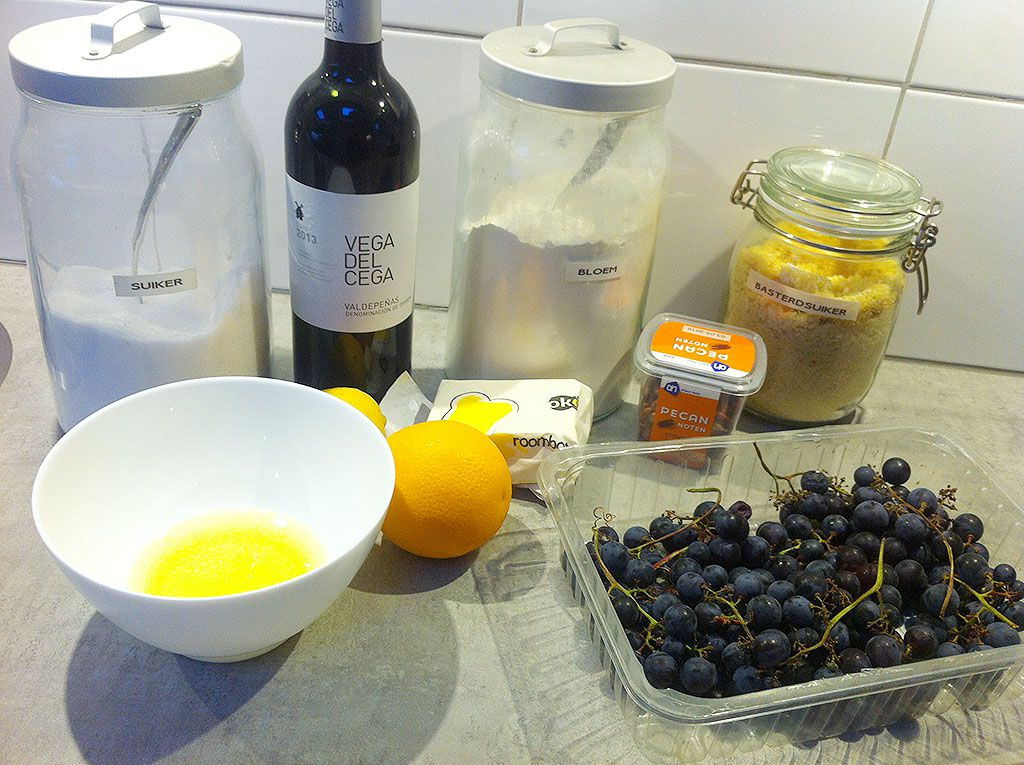 Sweet and sour warm grapes with mini meringues ingredients