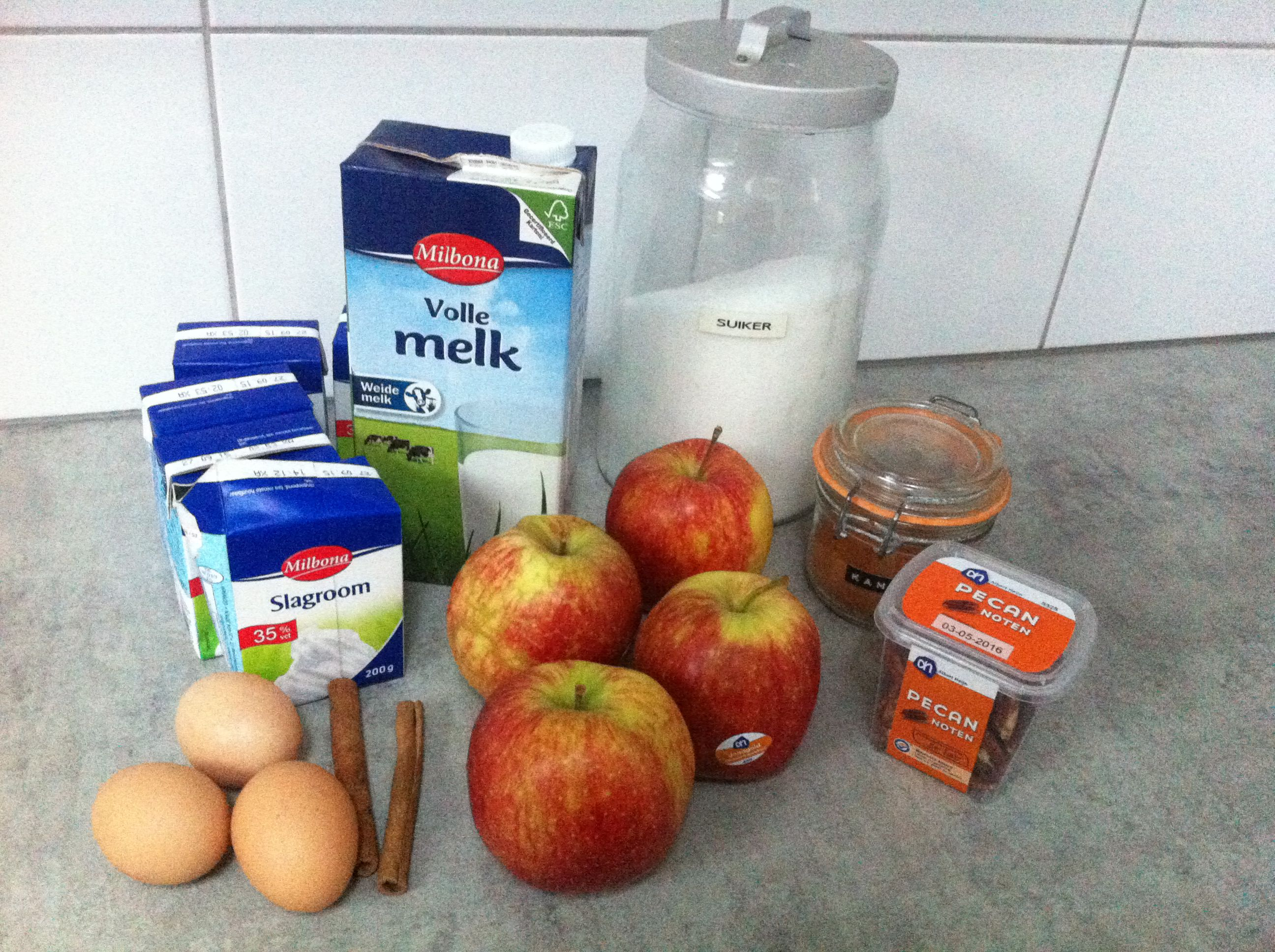 Warm apples and cinnamon ice cream ingredients - Warm apples and cinnamon ice cream