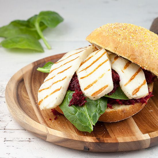 Grilled halloumi and red beets sandwich square - Grilled halloumi and red beets sandwich