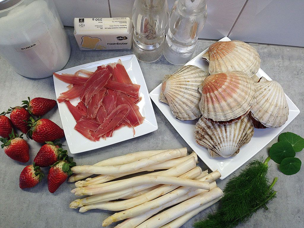 Scallops and asparagus strawberry salad ingredients