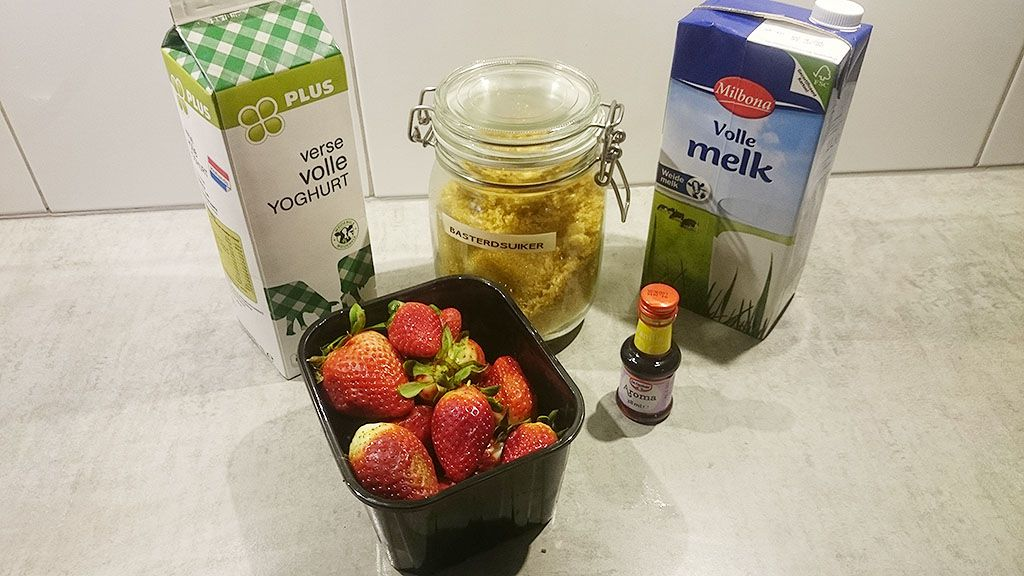 Simple strawberry smoothie ingredients