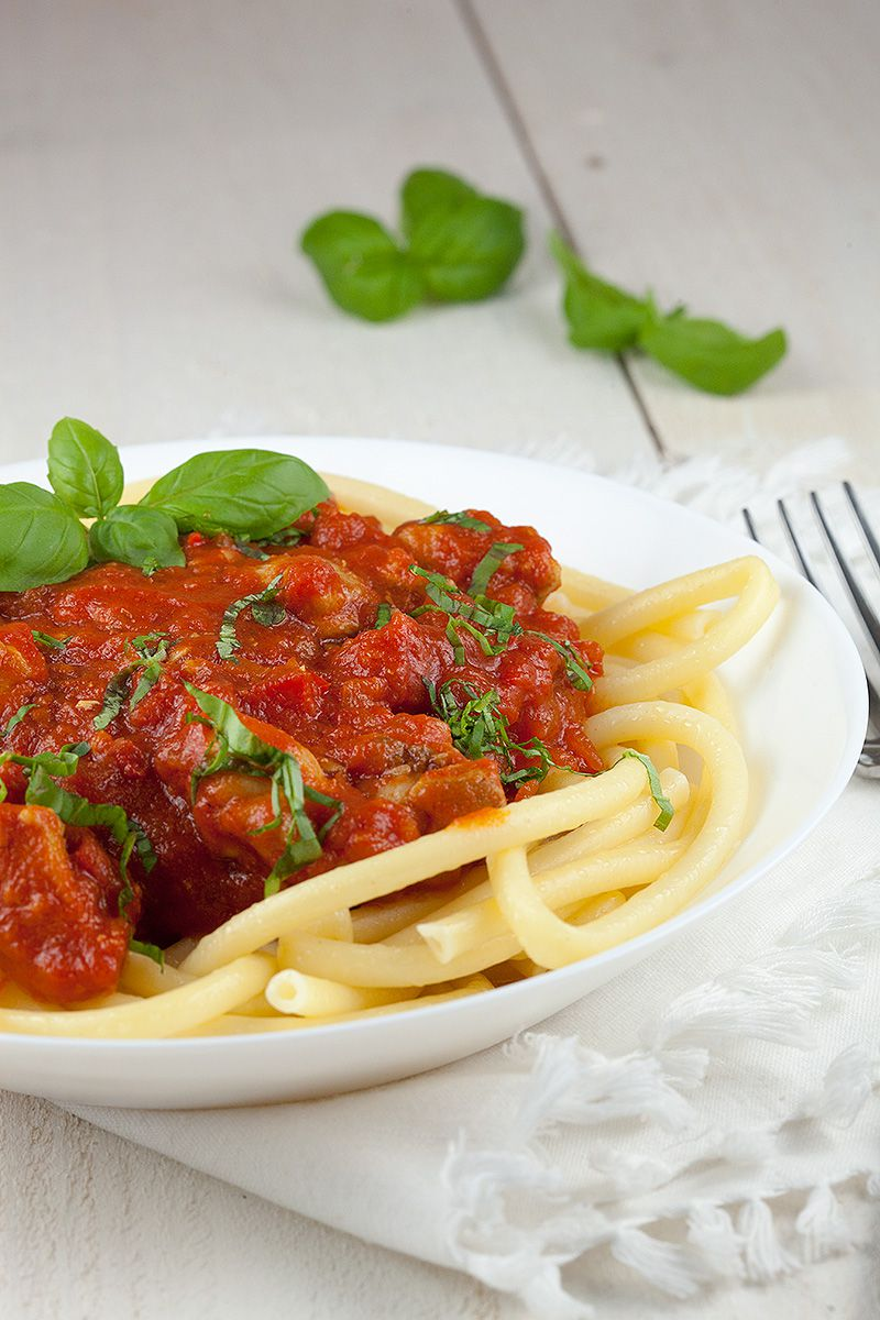 Spicy tomato and chicken thighs pasta