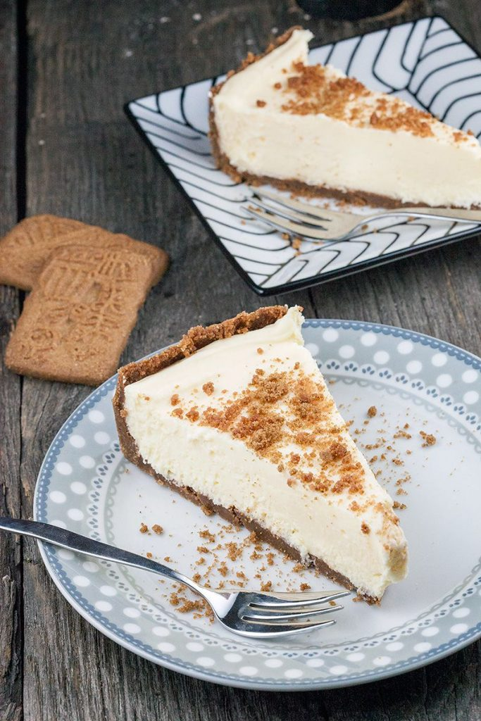 White chocolate cheesecake with ginger cookies