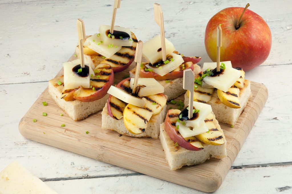 Apple and manchego crostini