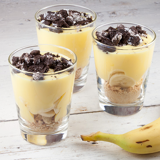 Vanilla pudding with banana and oreo cookies