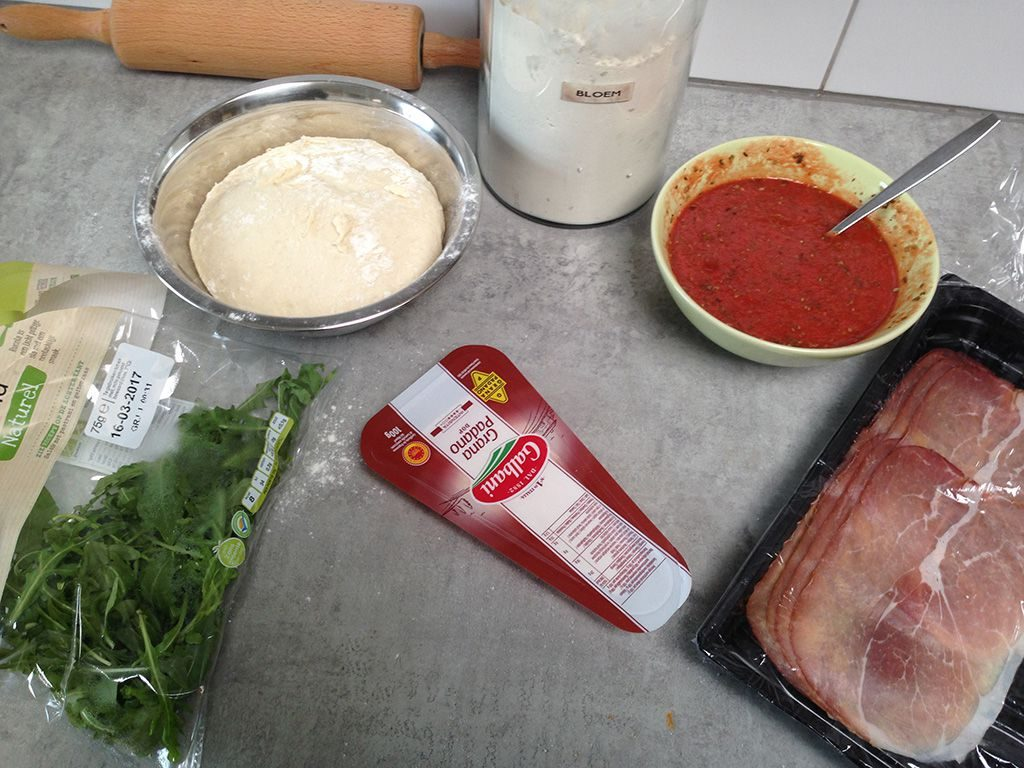 Serrano ham and rocket pizza ingredients