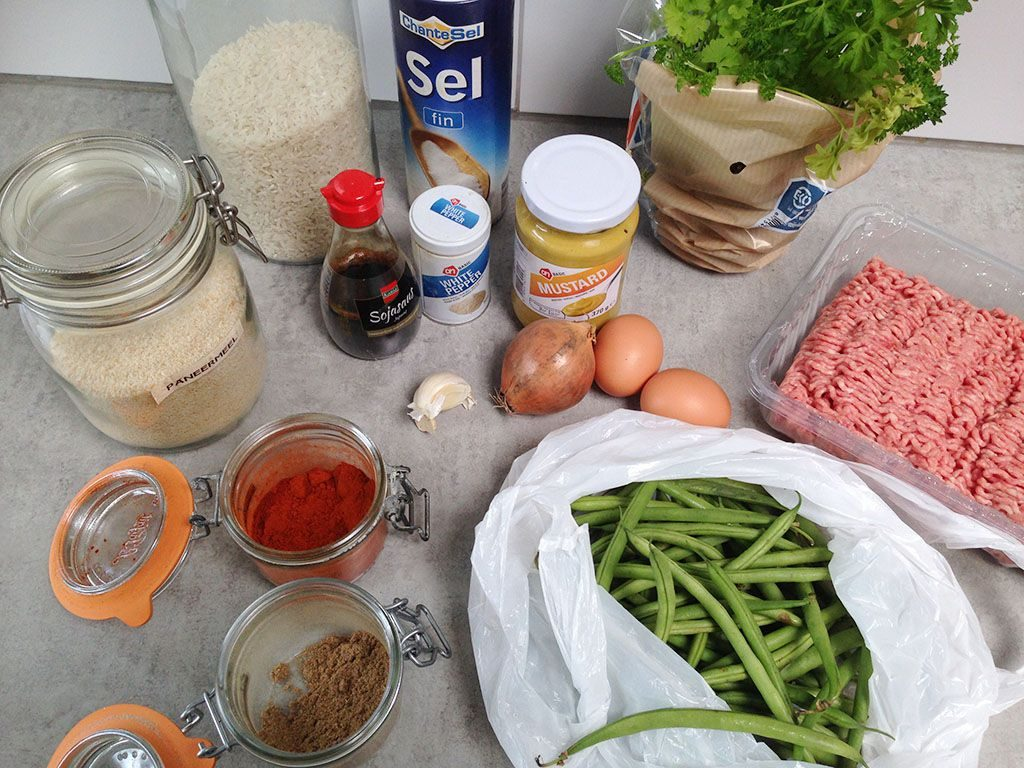 Spiced meatballs with green beans and rice ingredients