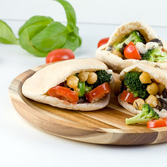 Mini pitas with chickpeas and broccoli