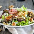 Autumn salad with bacon, lentils and cheese