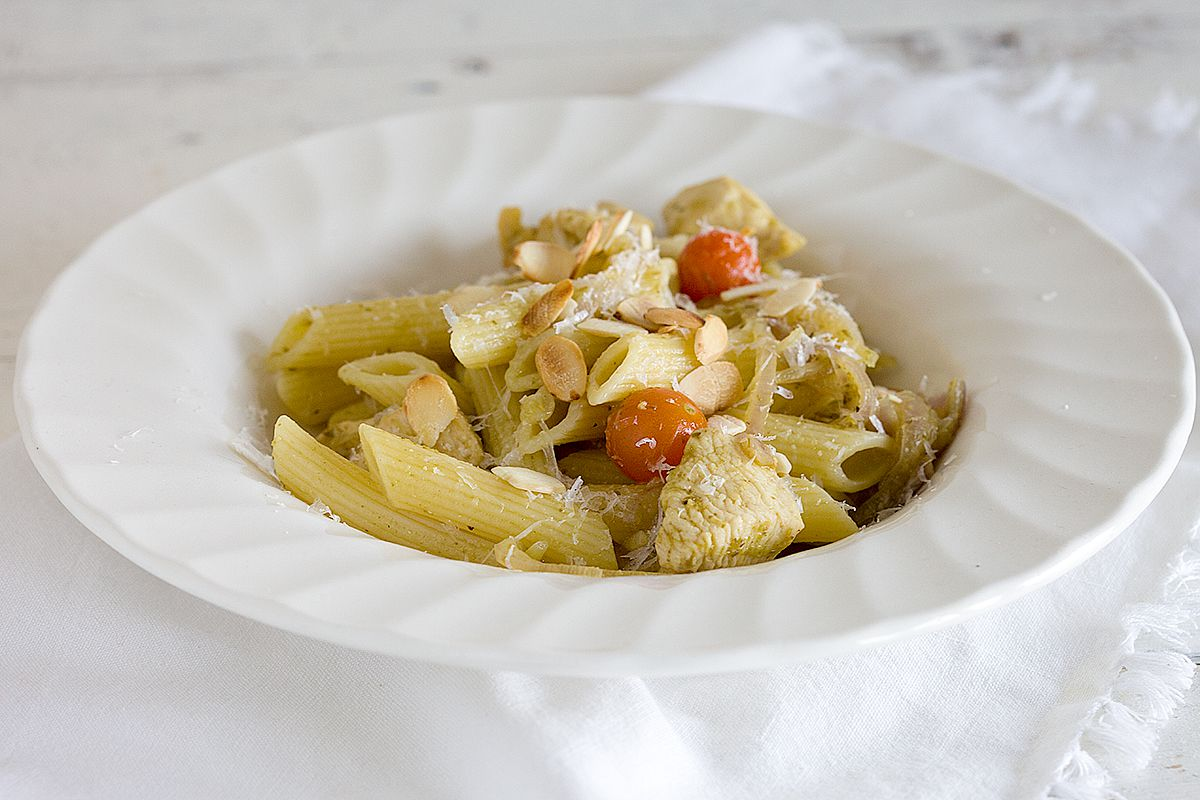 Chicken and pesto pasta with almonds