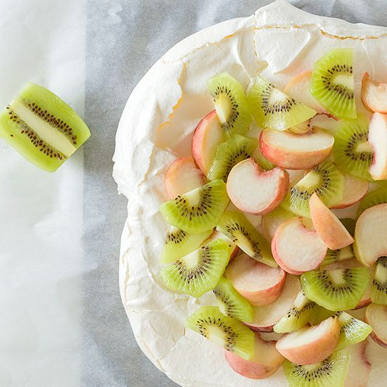 Pavlova with peaches and kiwi