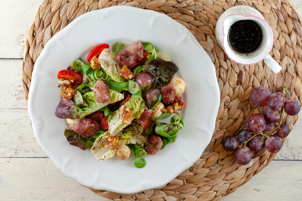 Salad with mozzarella, grapes and molasses dressing