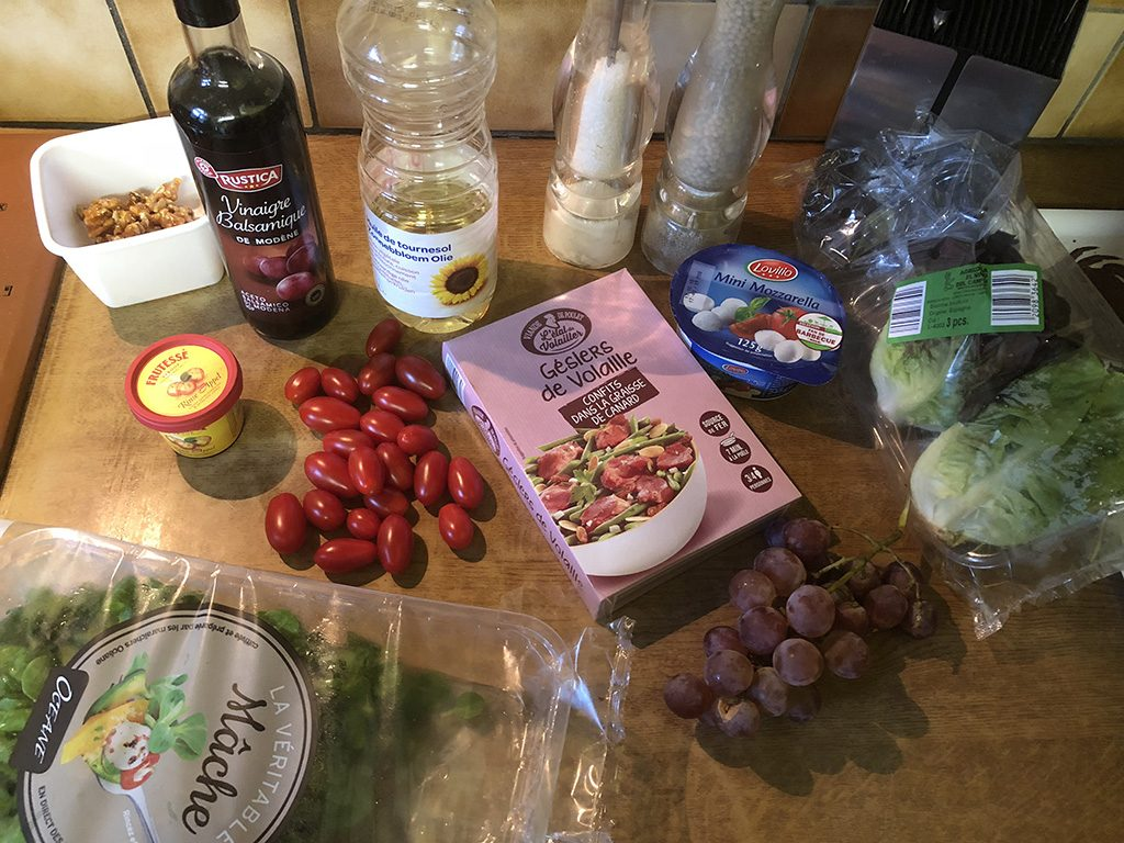 Salad with mozzarella, grapes and molasses dressing ingredients