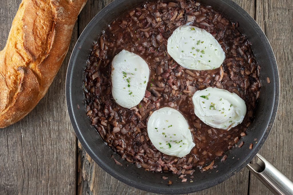 Oeufs en meurette - poached eggs in red wine sauce